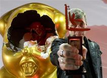 <p>Russian artist Alexey Belyaev-Gintovt holds the Kandinsky Prize after winning in the main category in Moscow, December 10, 2008. REUTERS/Sergei Karpukhin</p>