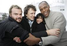 """<p>Elenco e o diretor da comédia """"Rebobine, por favor"""" posando para foto no Festival Sundance de cinema , em janeiro de 2008.REUTERS/Fred Prouser</p>"""