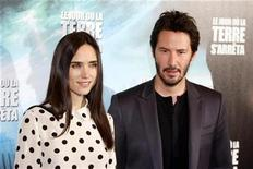 "<p>Actors Keanu Reeves (R) and Jennifer Connelly pose during a photo call for director Scott Derrickson's film, ""The Day the Earth Stood Still"" in Paris November 21, 2008. REUTERS/Charles Platiau</p>"
