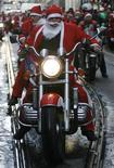 <p>Plus de 14.000 Pères Noël ont défilé dimanche dans les rues de Porto pour tenter d'établir un nouveau record du monde et de collecter des dons pour des organisations caritatives. /Photo prise le 14 décembre 2008/REUTERS/Nacho Doce</p>