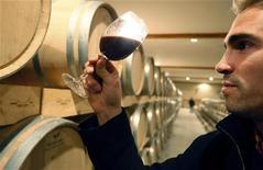 """<p>Alcuni tra i migliori vini italiani venerdì prossimo saranno messi all'asta a Roma con lo scopo di aiutare i bambini del Congo, nell'ambito di """"Calici per l'Unicef"""". REUTERS/Regis Duvignau</p>"""