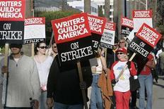 <p>Foto de archivo de algunos miembros del Sindicato de Guionistas de Estados Unidos en una manifestación afuera de los estudios de NBS, durante una huelga, en Burbank, California, 8 feb 2008. Más de 130 estrellas de Hollywood, entre ellas los ganadores del Oscar George Clooney, Tom Hanks, Charlize Theron, Morgan Freeman y Sally Field, se unieron el lunes para oponerse a una votación para autorizar una huelga del Sindicato de Actores de Cine y Televisión. REUTERS/Fred Prouser</p>