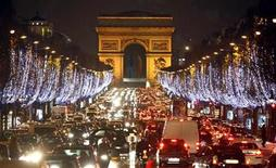 <p>Holiday lights hang from trees to illuminate Champs Elysees in Paris as rush hour traffic fills the boulevard leading up to the Arc de Triomphe December 1, 2008. REUTERS/Charles Platiau</p>