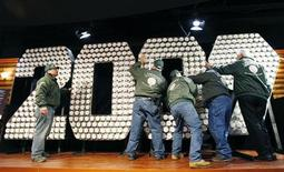 <p>Operai allestiscono il gigantesco segnale elettronico del countdown 2009 in Times Square a New York. REUTERS/Lucas Jackson (UNITED STATES)</p>