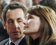 <p>La premiere dame di Francia Carla Bruni con il presidente francese Nicolas Sarkozy a Parigi. REUTERS/Michel Euler/Pool</p>