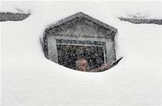 <p>A man removes snow outside a window of a hotel in the village of Saas-Fee in the Swiss southern Alps October 30, 2008. REUTERS/Denis Balibouse</p>