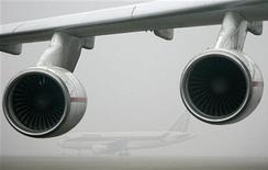 <p>Самолет A-319 виднется за турбинами Ан-225 Мрия в Будапеште 19 января 2008 года. Самолет Аэрофлота, выполняющий рейс Афины-Москва, возвращается в Афины после сообщения о заложенной на его борту бомбе, сообщили Управление гражданской авиации Греции и представитель Аэрофлота. REUTERS/Karoly Arvai</p>