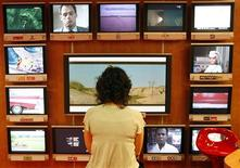 """<p>François Fillon a approuvé les schémas d'arrêt de la diffusion analogique, prévu le 30 novembre 2011, et de réutilisation des fréquences ainsi libérées, connues sous le nom de """"dividende numérique"""". /Photo d'archives/REUTERS/Eric Gaillard</p>"""