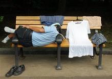 <p>Un hombre sin techo duerme una siesta en el parque Hibiya en Tokio, 28 jul 2006. En un país donde una dirección postal es clave para conseguir un empleo, un café de internet cerca de Tokio está ofreciendo a desempleados y gente sin hogar no sólo una dirección de correo electrónico virtual. REUTERS/Yuriko Nakao</p>