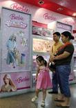 <p>Compradores observan juguetes Barbie en una tienda en Pekín , 15 ago 2007. Mattel ha comenzado un proceso de modernización de su marca Barbie, desde remodelar la estructura corporativa de la unidad a cambiar el modo en que la muñeca es fotografiada para los anuncios, informó el the Wall Street Journal. REUTERS/Claro Cortes IV</p>