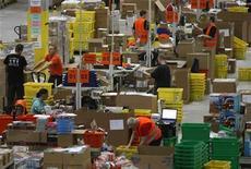 <p>Dipendenti di Amazon al lavoro nel deposito di Lipsia, Germania, il 3 dicembre 2008. REUTERS/Fabrizio Bensch</p>