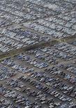 <p>Foto de archivo de vehículos de la compañía Nissan en su fabrica de Washington, Inglaterra, 18 dic 2008. La automotriz japonesa Nissan Motor Co y NEC Corp invertirán anualmente al menos 1.100 millones de dólares para fabricar baterías de ión de litio para alrededor de 200.000 autos eléctricos e híbridos en el 2011 o después, reportó el lunes el diario Nikkei. REUTERS/Nigel Roddis</p>