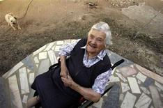 <p>Foto de archivo de Maria de Jesus fuera de su casa en Tomar, en el centro de Portugal, 9 sep 2006. Una mujer portuguesa que era la persona más anciana del mundo falleció el viernes a los 115 años, dijo un familiar. Maria de Jesus era la persona más anciana desde que la estadounidense Edna Parker falleció en noviembre con 115 años y 220 días, según el sitio de internet Grupo de Investigación de Gerontología (www.grg.org). REUTERS/Nacho Doce/Files (PORTUGAL)</p>