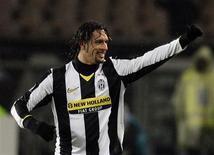 <p>O atacante brasileiro Amauri, da Juventus, disse que poderia acabar com a controvérsia sobre jogar pela seleção brasileira ou pela italiana recusando qualquer convocação que receba. REUTERS/Alessandro Bianchi</p>