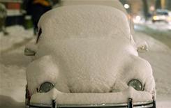 <p>Un'auto coperta di neve. REUTERS/Ina Fassbender</p>