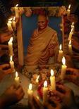 <p>Escolares encienden velas frente de un retrato de Mahatma Gandhi en Amritsar, India, 1 oct 2008. La obra literaria de Mahatma Gandhi, ícono indio de la defensa de la libertad, se hará pública después de que los derechos de autor de sus escritos y discursos expiren este mes. REUTERS/Munish Sharma (INDIA)</p>