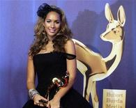 <p>British singer Leona Lewis poses with her trophy during the 60th Bambi media awards ceremony in the southwestern German town of Offenburg November 27, 2008. REUTERS/Alex Grimm</p>