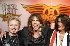 """<p>Los integrantes de Aerosmith Joey Krame, Steven Tyler y Joe Perry participan en una conferencia de prensa para el juego """"Guitar Hero: Aerosmith"""" en Nueva York, 27 jul 2008. La banda de rock Aerosmith está preparada para trabajar en otro álbum de estudio, según el baterista del grupo estadounidense, Joey Kramer. REUTERS/Lucas Jackson</p>"""