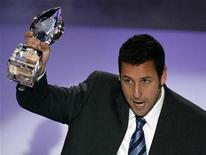<p>El actor Adam Sandler agradece el galardón de estrella masculina más divertida que recibió en la edición 35 de los premios People's Choice entregados en Los Angeles, 7 ene 2009. REUTERS/Danny Moloshok (UNITED STATES)</p>