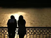 <p>Una coppia al tramonto REUTERS/Bazuki Muhammad</p>