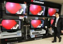 <p>Un hombre camina cerca de una exhibición de televisores de pantalla plana de LG Electronics en una tienda en Seúl, Corea del Sur, 9 ene 2009. La surcoreana LG Display firmó un acuerdo de cinco años para proveer pantallas LCD a Apple, dijo el lunes la empresa. REUTERS/Lee Jae-Won</p>