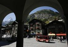 <p>Traditionnal wooden houses are pictured in the village of Zermatt September 10, 2007. REUTERS/Denis Balibouse</p>