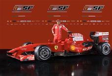 <p>Felipe Massa posando para foto com o novo carro da Ferrari para a temporada de 2009.REUTERS/Ferrari S.p.A.</p>