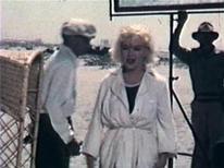 """<p>Fotograma amateur de la cinta """"Some Like It Hot"""" donde se aprecia a la actriz Marilyn Monroe. Un disputa sobre siete fotografías de Marilyn Monroe desnuda, tomadas seis semanas antes de que la actriz falleciera, fue solucionada, señalaron el lunes abogados. REUTERS/Charles Leski Auctions/Handout</p>"""