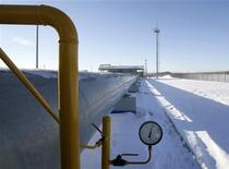 <p>Датчик и труба на газовой компрессорной станции Газпрома в Судже, Курская область 13 января 2009 года. Украинская государственная компания Нафтогаз в среду не приняла заявку от Газпрома на транзит почти 100 миллионов кубометров газа на Балканы и в Молдавию, предложив альтернативные маршруты прокачки топлива. REUTERS/Denis Sinyakov</p>