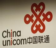 <p>China Unicom veut lancer des services de téléphonie mobile de troisième génération (3G) dans 55 villes chinoises au cours du premier semestre 2009 et compte offrir une couverture 3G à 280 villes d'ici la fin de l'année. /Photo prise le 25 août 2008/REUTERS/Bobby Yip</p>