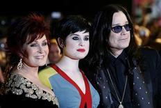 <p>Sharon, Kelly e Ozzy Osbourne na chegada do Brit Awards, em Londres, fevereiro de 2008. Família Osbourne terá novo programa de TV. REUTERS/Luke MacGregor</p>