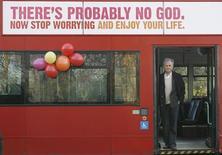 <p>Lancio di una campagna ateista sugli autobus a Londra, il 6 gennaio 2009. REUTERS/Andrew Winning</p>