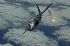 <p>Боевой самолет ВВС США F-22 Raptor над базой ВВС Kadena в Японии 15 января 2009 года. США не планируют закрывать военную авиабазу в Киргизии, сказал в субботу командующий американских вооруженных сил в регионе Дэвид Петреюс. REUTERS/Clay Lancaster, U.S. Air Force/Handout (JAPAN)</p>