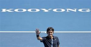 <p>Switzerland's Roger Federer waves after beating compatriot Stanislas Wawrinka in the final of the Kooyong Classic tennis tournament in Melbourne, January 17, 2009. REUTERS/Tim Wimborne</p>