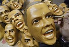 """<p>""""Obama-mania"""" in Giappone: a ruba le maschere con il suo volto. REUTERS/Yuriko Nakao (JAPAN)</p>"""