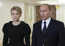 <p>Премьер-министры России и Украины Путин и Тимошенко отвечают на вопросы журналистов после переговоров в Москве, 18 января 2009 года Еврокомиссия в воскресенье приветствовала объявление о газовом соглашении между Россией и Украиной.REUTERS/Alexander Prokopenko/Pool (UKRAINE)</p>
