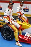<p>Pilotos Nelsinho Piquet e Fernando Alonso posam ao lado do novo carro da Renault em Algarve, Portugal, nesta segunda-feira. REUTERS/José Manuel Ribeiro</p>