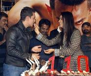 <p>Bollywood actress Asin feeds a piece of cake to actor Aamir Khan at a party for their movie Ghajini in Mumbai December 30, 2008. REUTERS/Manav Manglani</p>