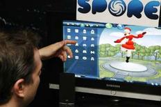 """<p>An EA representative demonstrates the game's mechanics of the title """"Spore"""" to journalists at a demonstration in New York February 13, 2008. REUTERS/Lucas Jackson</p>"""