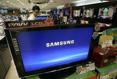 <p>Subissant les répercussions de la chute des prix de ses produits phare comme les mémoires et les écrans plats, Samsung Electronics a enregistré au cours du quatrième trimestre 2008 la première perte opérationnelle trimestrielle de son histoire, qui s'élève à 937 milliards de wons (527,3 millions d'euros) et dépasse les prévisions des analystes. /Photo d'archives/REUTERS/Jo Yong-Hak</p>