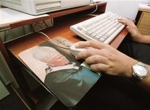 <p>Mouse-pad con l'immagine di Giovanni Paolo II. REUTERS/Gregg Newton</p>
