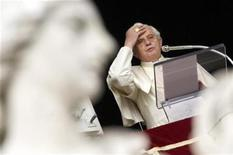 <p>El papa Benedicto XVI realiza sus oraciones semanales en la Plaza San Pedro en el Vaticano, 18 ene 2009. El Papa Benedicto XVI se convirtió el viernes en una de las personas más mayores en tener su propio canal en YouTube y advirtió a los jóvenes que usen los nuevos medios sabiamente y eviten la obsesión por estar conectados en internet que puede aislarlos de la vida real. REUTERS/Alessandro Bianchi</p>