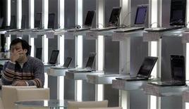 <p>Les mauvais résultats de baromètres de l'industrie comme Microsoft et Intel ont révélé un effondrement brutal de la demande pour les ordinateurs personnels qui devrait se poursuivre et miner d'autres groupes. /Photo prise le 12 janvier 2009/REUTERS/Pichi Chuang</p>