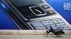 <p>Alors que les principaux fabricants de combinés sont confrontés à une demande mondiale en berne, la croissance sur le marché chinois du téléphone mobile devrait atteindre 7,7% en 2009, selon iSuppli. /Photo d'archives/REUTERS/Claro Cortes IV</p>