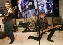 <p>Rock band Alex Kapranos (R) and Nick McCarthy (L) and Paul Thomson of Franz Ferdinand perform for fans at a record store, to promote their new album, in London January 26, 2009. REUTERS/Andrew Winning</p>