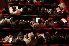 <p>Audience members pray during a public viewing of the body of legendary singer James Brown at the Apollo Theater in New York December 28, 2006. REUTERS/Eric Thayer</p>