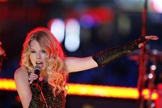 <p>A cantora country Taylor Swift, campeã de vendas nos Estados Unidos em 2008, sairá em turnê pela primeira vez, durante seis meses, por 50 cidades norte-americanas e do Canadá, informou sua gravadora nesta sexta-feira. REUTERS/Lucas Jackson (UNITED STATES) (Newscom TagID: rtrphotosthree845200) [Photo via Newscom]</p>