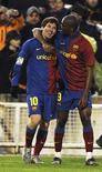 <p>Messi e Eto'o comemoram gol do argentino na vitória do Barcelona por 2 x 1 sobre o Racing, em Santander, neste domingo. REUTERS/Vincent West</p>