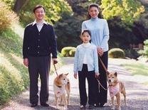 <p>Foto de archivo de la princesa Aiko con el príncipe heredero Naruhito y la princesa a la corona Masako, 4 nov 2008. El príncipe heredero de Japón, Naruhito, dijo el jueves que su esposa, quien sufre de una enfermedad relacionada con el estrés, está haciendo el mejor esfuerzo para retomar sus funciones y pidió comprensión por sus problemas de salud. REUTERS/Agencia de la Casa Imperial</p>