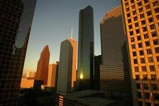 <p>Buildings in downtown Houston reflect the light of a setting sun October 15, 2004. REUTERS/Mike Blake</p>